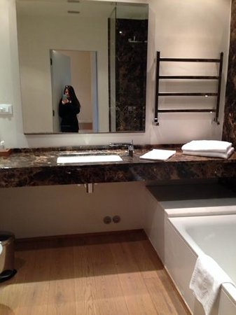Hotel Orto De Medici: this picture doesn't do the bathroom justice!