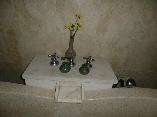 Plataran Borobudur Resort & Spa: bagno decorazioni