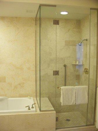 Wynn Las Vegas : Grande salle de bain, 2 lavabos, grand miroir, toilette isolée.