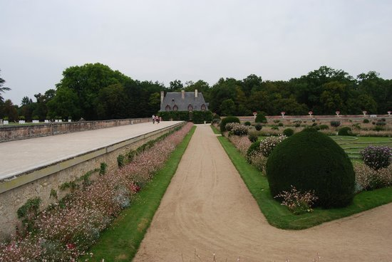 Schloss Chenonceau: Looking back at the little cottage from the edge of the garden