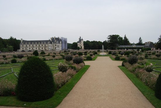 Schloss Chenonceau: Looking at the chateau from the far side of the garden