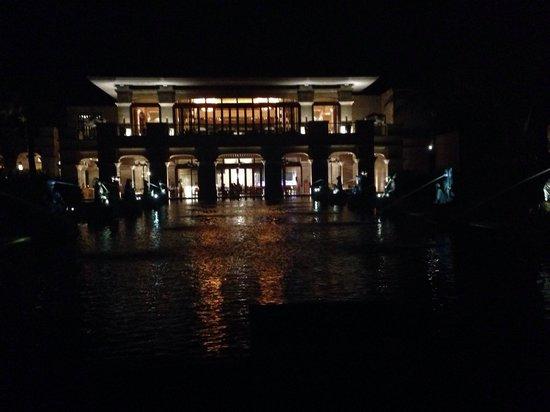 Conrad Sanya Haitang Bay : Main lobby and restaurant at night