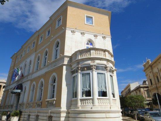 Grand Hotel Ortigia: 横から見たホテル