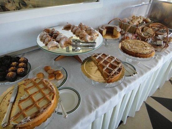 Grand Hotel Ortigia: イタリアの朝食にはケーキがいっぱい出ます