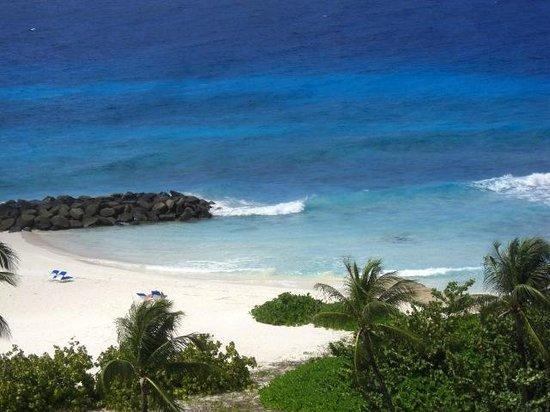 Hilton Barbados Resort: Spiaggia con mare calmo