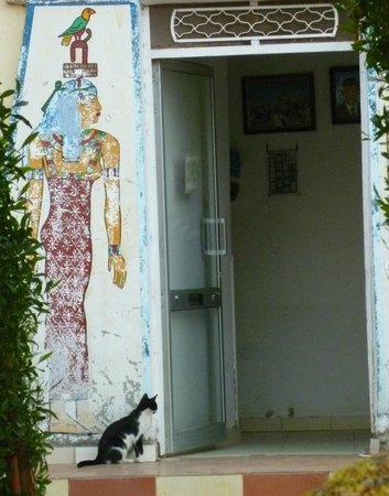Blue Sky Restaurant : l'ingresso del ristorante, anzi: della cucina, perché i tavoli sono in riva al Nilo