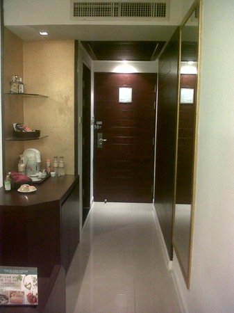 Eastin Hotel Makkasan: room entrance with bathroom next to it