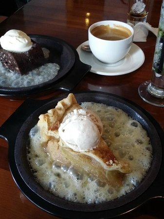 Cantina Laredo : Apple pie and fudge brownie