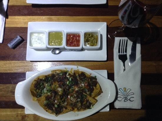 Coco Beach Club: Beautiful beef nachos and a very nice Malbec.