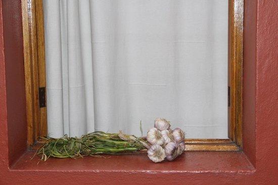 Hotel Aitana: drying garlic on our window ledge