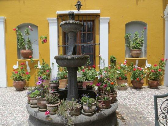 La Hosteria: fonte e jardim