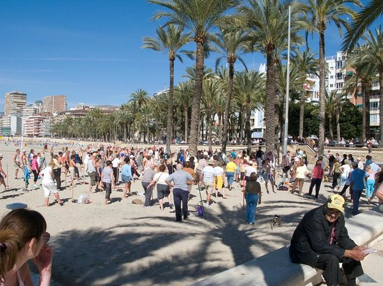 Playa de Poniente: Morning exercise on Poniente Beach by the old town