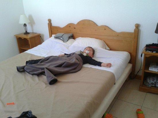 Résidence Odalys L'Orée des Pistes : le grand lit de la chambre du bas