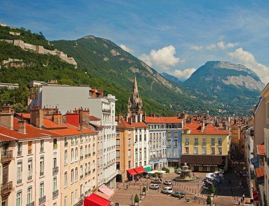 Hôtel de l'Europe Grenoble Hyper Centre : Vue de nos chambre, place Grenette, La Bastille et la Chartreuse