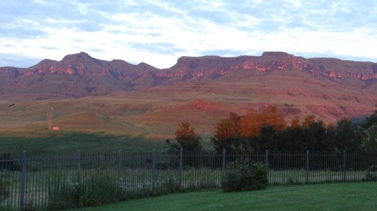 Montusi Mountain Lodge: The distant mountains lit by the early morning sun