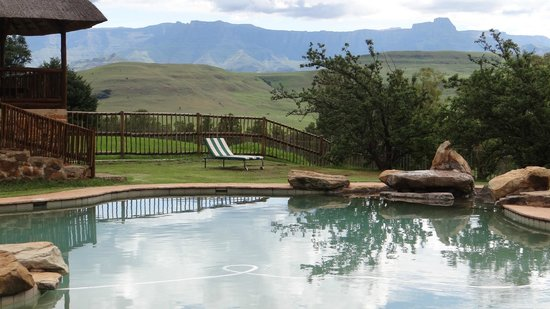 Montusi Mountain Lodge: The swimming pool has magnificent views with plenty of loungers