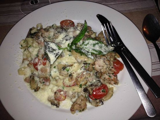 Boccon di Vino: Homemade fettucini with homemade suasage, mushrooms and tomatoes in a white wine cream sauce