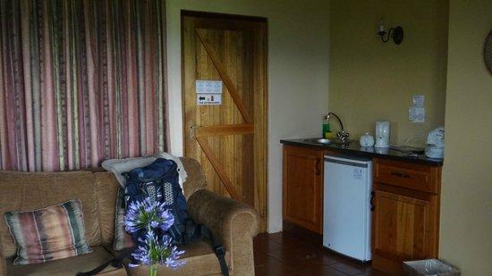 Montusi Mountain Lodge: Each room has a small utility area.