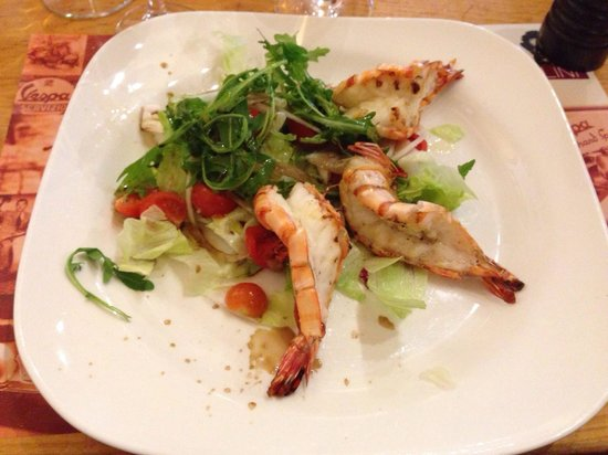 Pizzeria Bellini: Scampi auf Salat