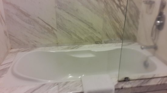 Silka Maytower Kuala Lumpur : the bathroom with the nice bathtub