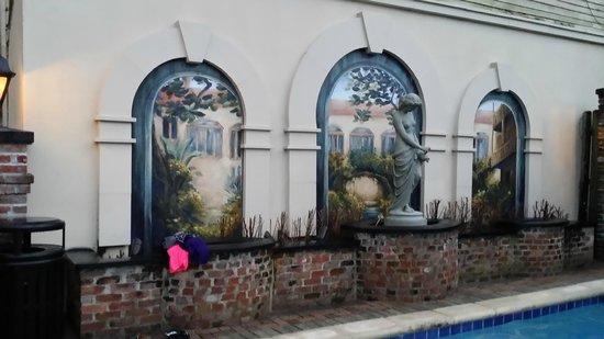 Avenue Plaza Resort: courtyard near the pool