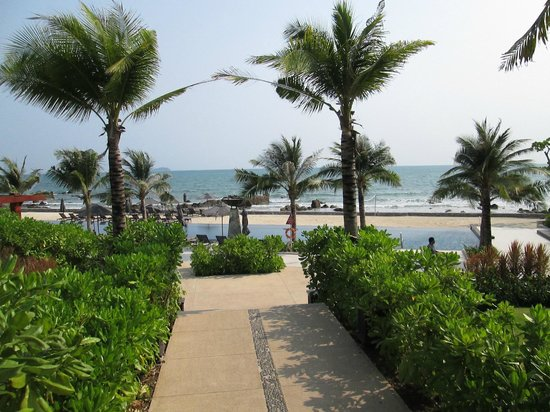 Rayong Marriott Resort & Spa: pool and beach