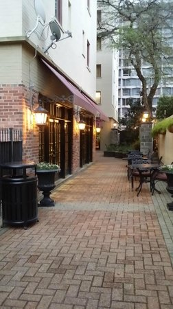 Avenue Plaza Resort: courtyard view