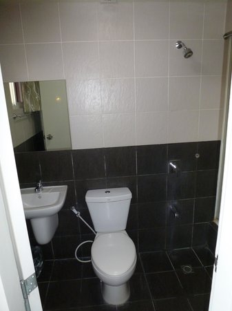 Rumi Apartelle Hotel: toilet