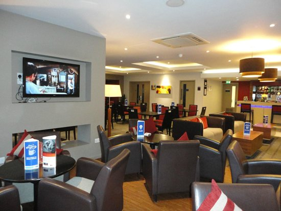 Holiday Inn Express Derby Pride Park: Bar / dining area