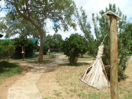 Sentrim Tsavo East: Vialetto tra le camere