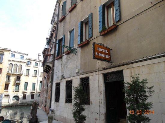 Hotel San Moise: Вход с земли