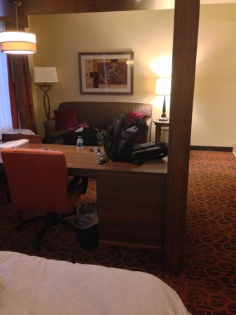 Hampton Inn & Suites Scottsdale/Riverwalk : No divider for couch area