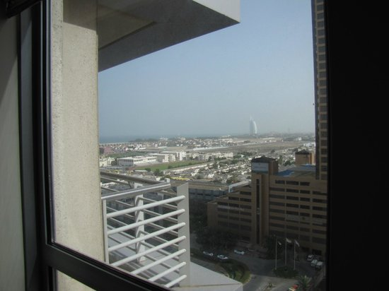 Grand Midwest Tower Hotel & Hotel Apartments: il Burj Al-Arab visto dalla camera