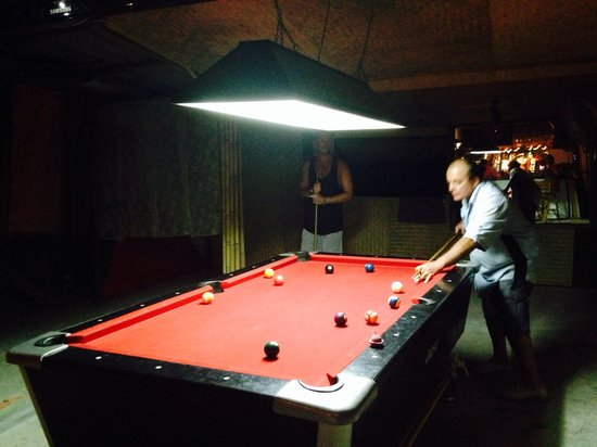 La Taverne: Playing pool with Andre!
