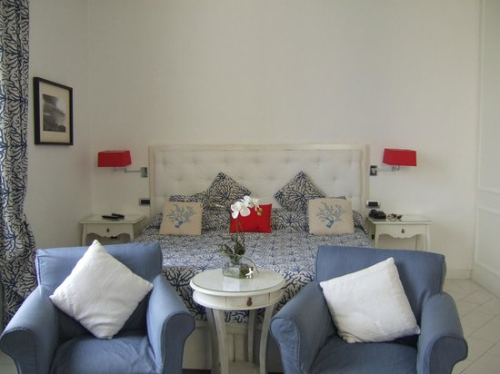 La Ciliegina Lifestyle Hotel : view of the king size bed in our suite
