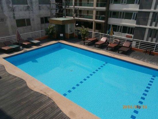 Eastiny Plaza Hotel: プールは以外に深いです。(左側は立てません)