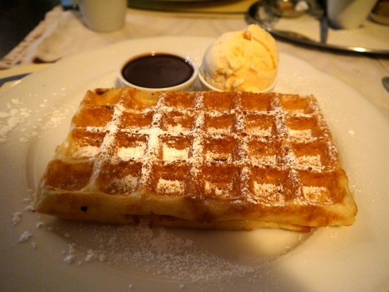 Tearoom Carpe Diem: Waffles with Hot Chocolate sauce and Ice-cream