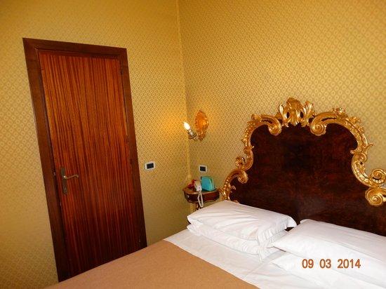 Hotel San Moise: Стены обиты шёлком