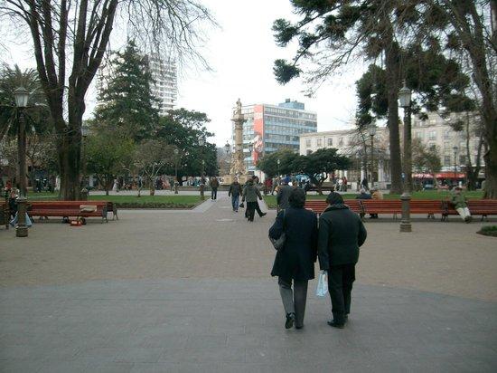 Concepción, Chile, Plaza de la Independencia. Al fondo la  hermosa fuente del centro de la plaza