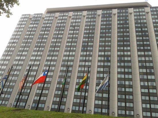 Sheraton Buenos Aires Hotel & Convention Center: Fachada com bandeiras