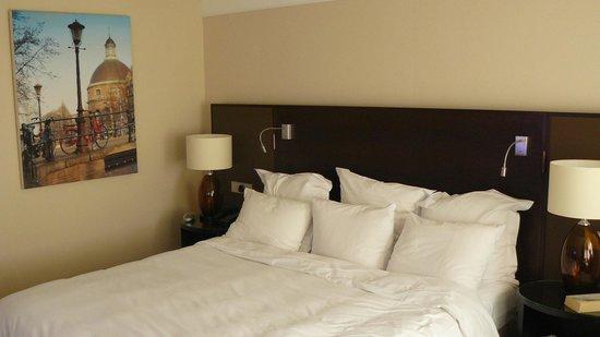 Renaissance Amsterdam Hotel: Queen size bed