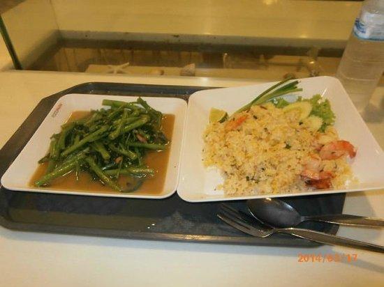 CentralFestival Phuket: チャーハン(80B)と空心菜いため(70B)