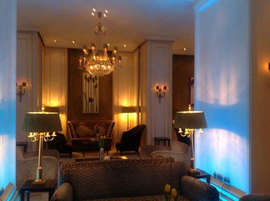 Hotel Koenigshof: Lobby abends, Teilansicht