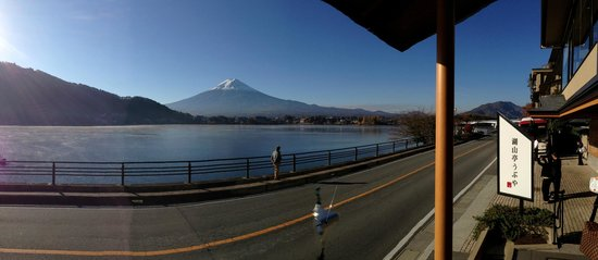 Kozantei Ubuya: View of Kawaguchiko and Mt Fuji from the entrance of the ryokan