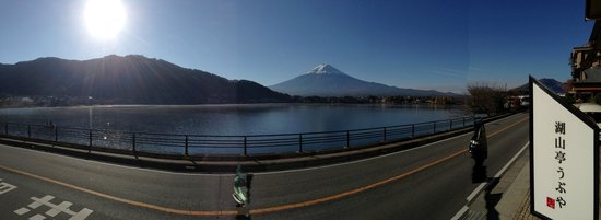 Kozantei Ubuya: Panorama of Kawaguchiko and Mt Fuji from the the ryokan entrance