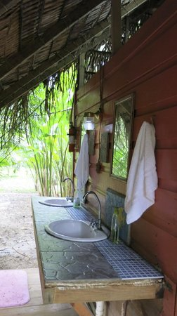 Parrot Nest Lodge : Outdoor sinks for brushing teeth and washing up
