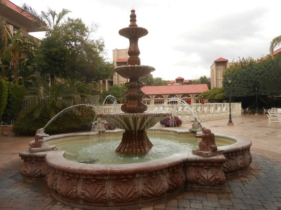 Embassy Suites by Hilton Scottsdale Resort: Fountain on hotel grounds