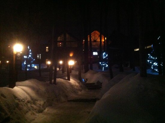 Nordik Spa-Nature: The front of Le Nordik, in the beautiful evening snow.