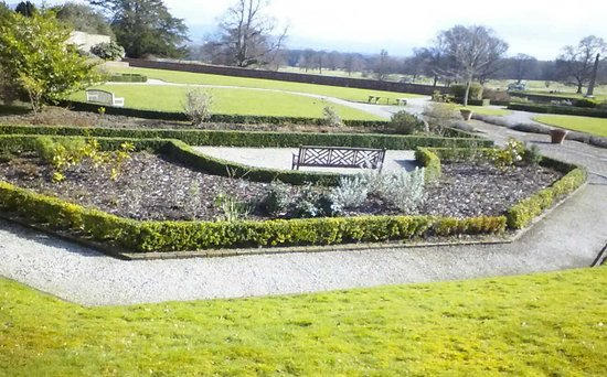 Warner Leisure Hotels Bodelwyddan Castle Historic Hotel: gardens to spend lazy days