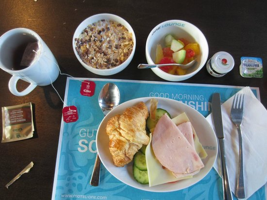 Motel One Berlin-Hauptbahnhof: Breakfast at Motel One